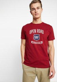 GANT - GRAPHIC  - Camiseta estampada - mahogny red - 0