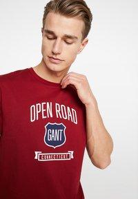 GANT - GRAPHIC  - Camiseta estampada - mahogny red - 4