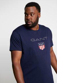 GANT - PLUS SHIELD - Print T-shirt - evening blue - 3