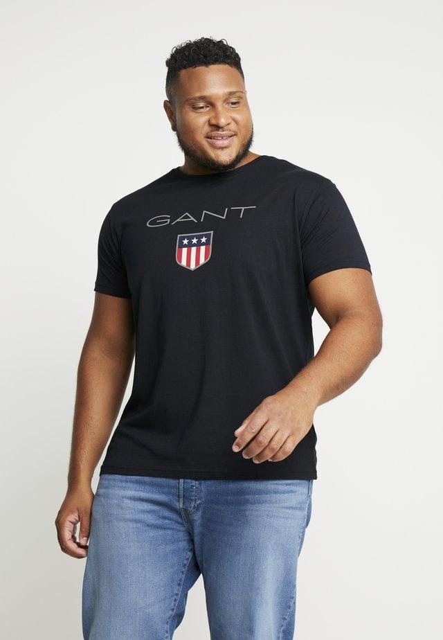 PLUS SHIELD - T-shirt z nadrukiem - black