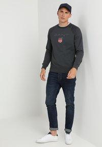 GANT - SHIELD C NECK - Sweatshirt - dark graphit - 1