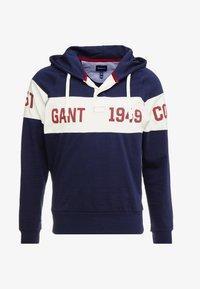 GANT - CHEST STRIPE HOODIE - Jersey con capucha - evening blue - 4