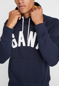 GANT - GRAPHIC HOODIE - Mikina s kapucí - evening blue - 4