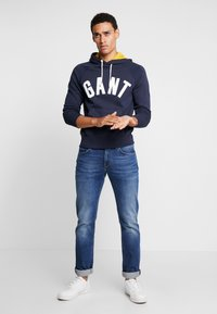 GANT - GRAPHIC HOODIE - Mikina s kapucí - evening blue - 1