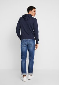 GANT - GRAPHIC HOODIE - Mikina s kapucí - evening blue - 2