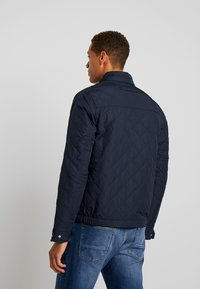 GANT - THE QUILTED WINDCHEATER - Allvädersjacka - evening blue - 2
