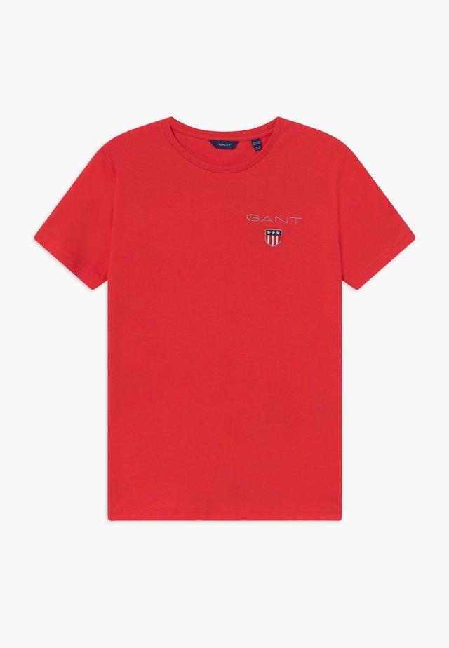 MEDIUM SHIELD - Print T-shirt - red
