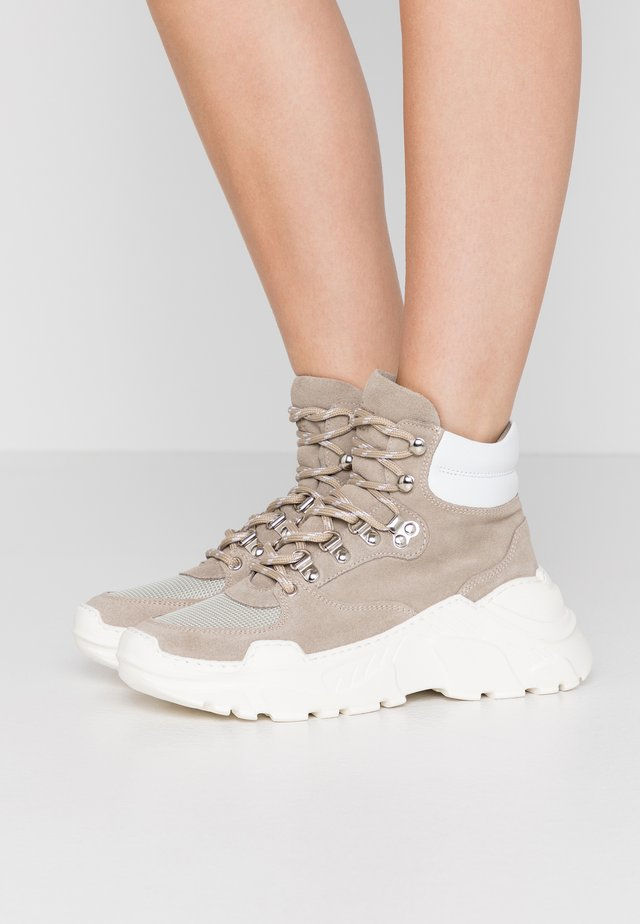 ZINA BOOT - Platform-nilkkurit - earth/ecru
