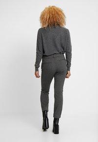 GAP Petite - SKINNY TEXTURE - Pantalon classique - grey heather/white - 2