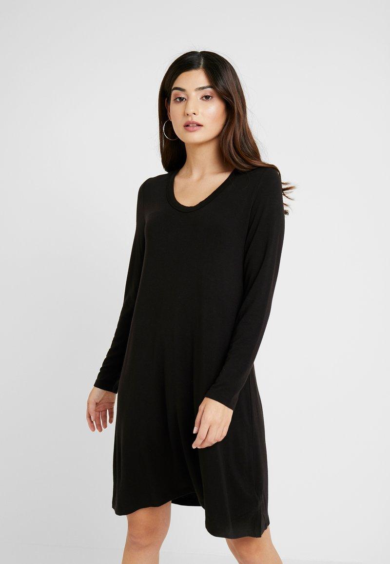 GAP Petite - SWING - Žerzejové šaty - black