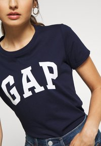 GAP Petite - TEE - Camiseta estampada - navy uniform - 4
