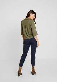 GAP Petite - ANKLE BISTRETCH - Pantalon classique - true indigo - 3