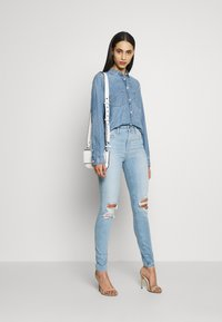 Gap Tall - SKIMMER POM DEST - Straight leg jeans - light indigo destroy - 1