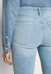 Gap Tall - SKIMMER POM DEST - Straight leg jeans - light indigo destroy - 3