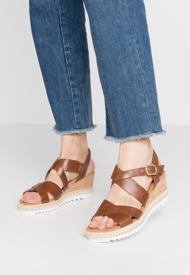 Sandalen met plateauzool - peanut