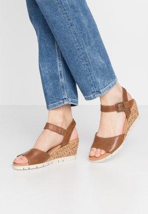 Sandalen met sleehak - peanut grata