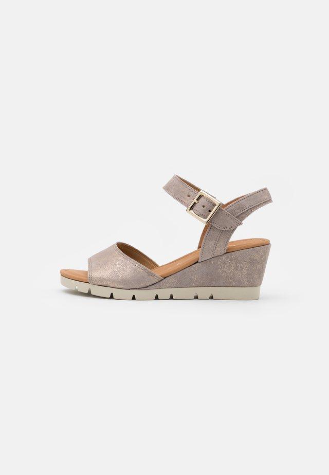 Sandály na klínu - muschel