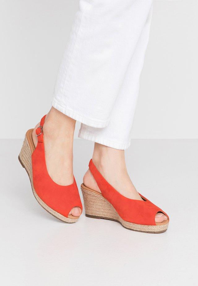 Sandały na platformie - koralle