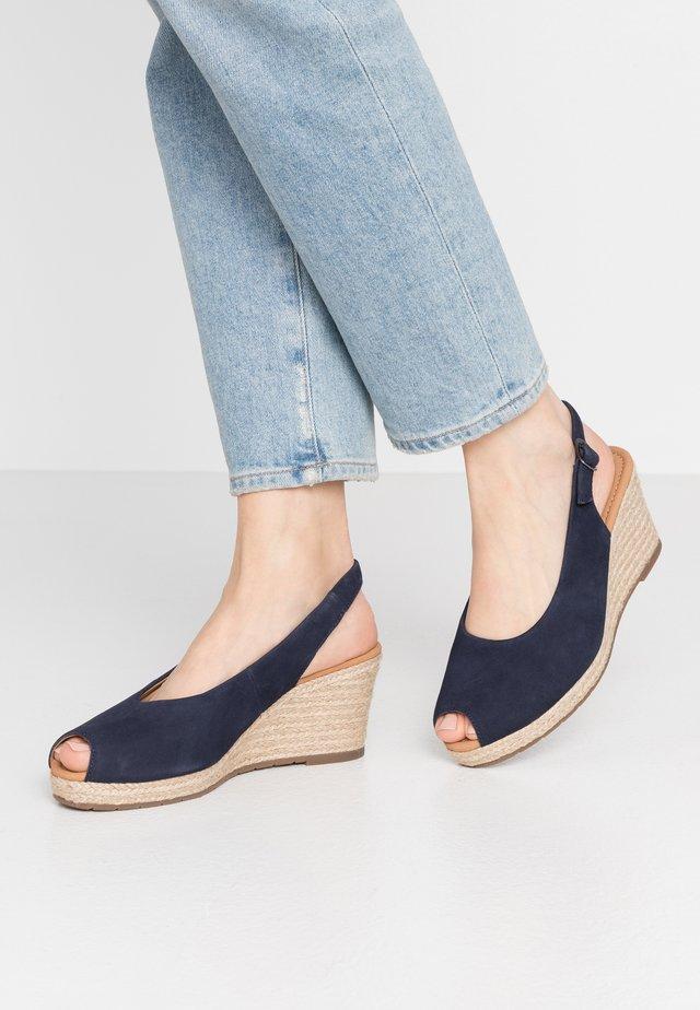 Sandały na platformie - bluette