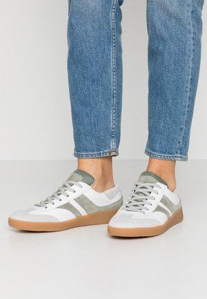 Baskets basses - weiß/pino