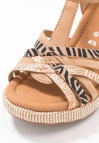 Gabor Comfort - Sandalen met plateauzool - caramel/desert - 2