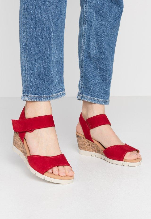 Sandały na koturnie - rubin
