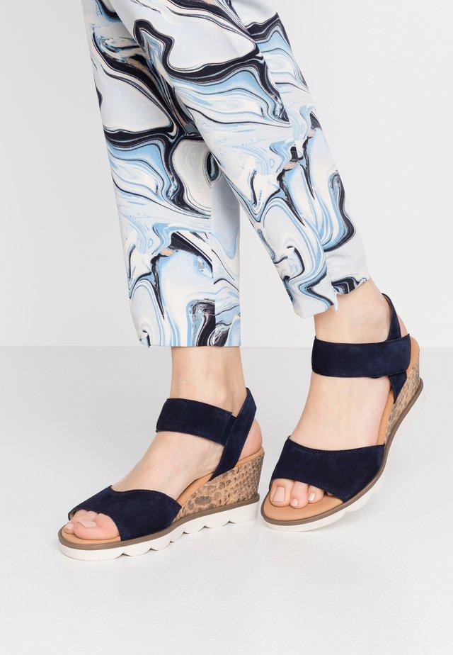 Sandały na koturnie - bluette