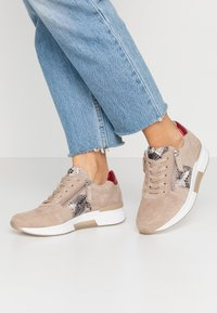 Gabor Comfort - ROLLING SOFT  - Sneakers laag - grey/rosso - 0