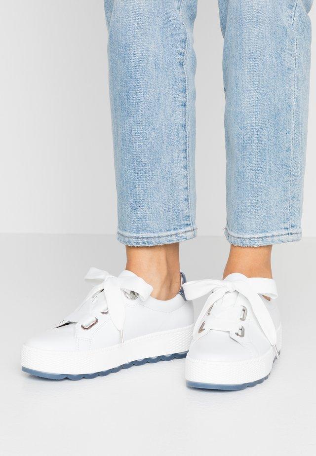 Sneakers laag - weiß/azur