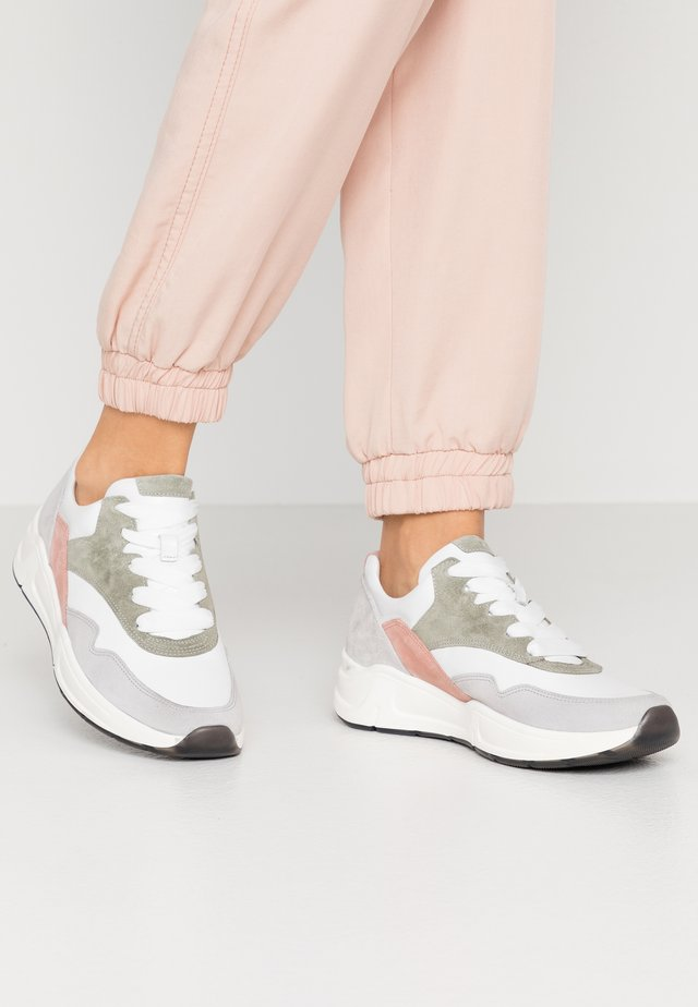 Sneakers laag - weiß/pino/camelia