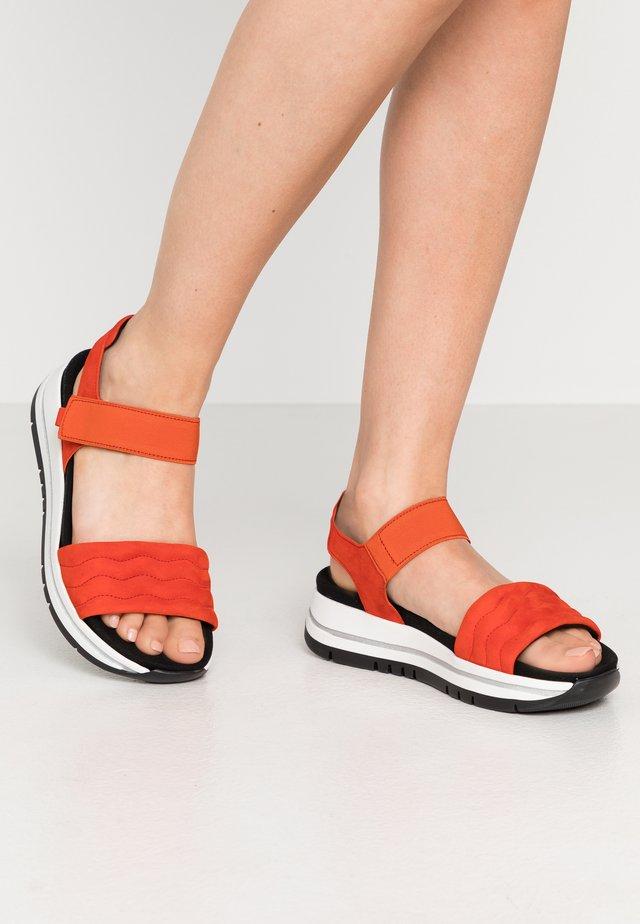 Sandały na platformie - koralle/schwarz