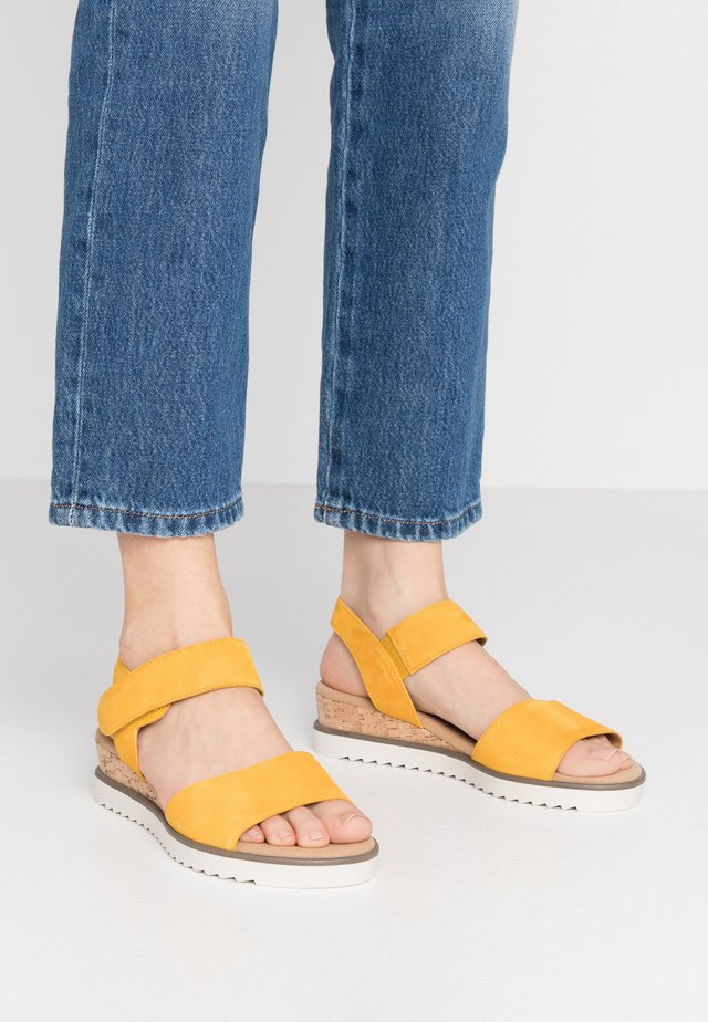 Sandały na koturnie - mango/creme