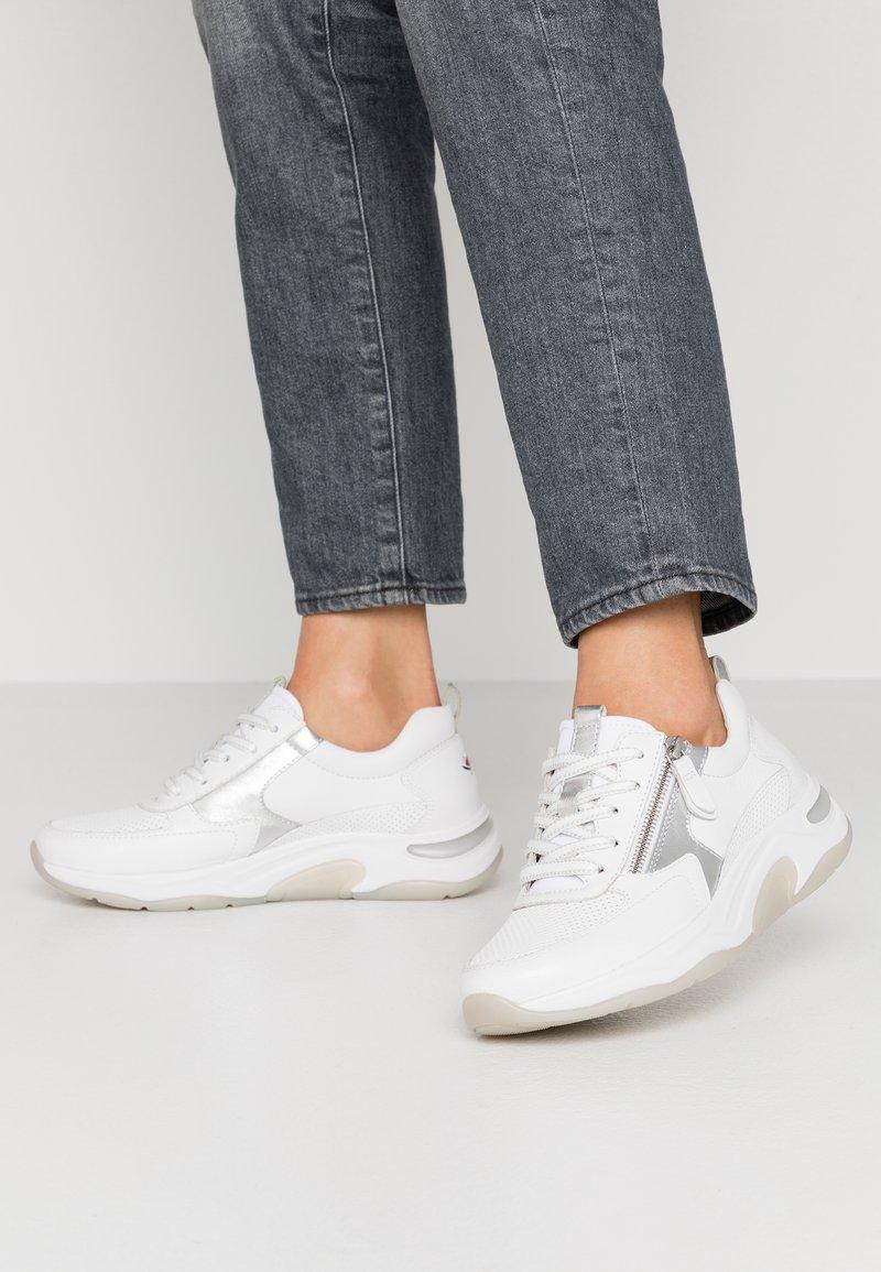 Gabor Comfort - Sneakers laag - weiß/silber