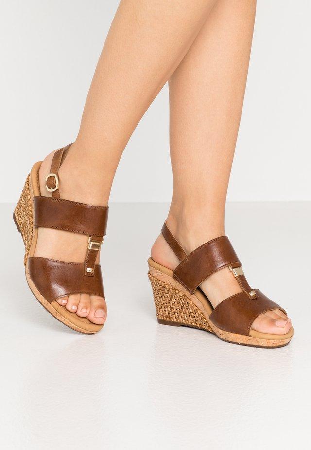 Sandaletter med kilklack - peanut
