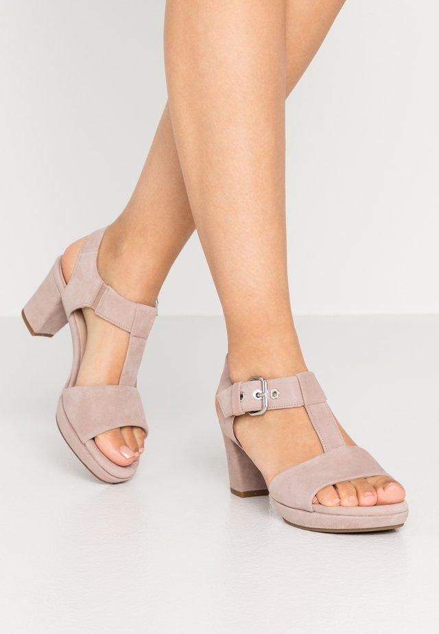 Sandały na platformie - antikrosa