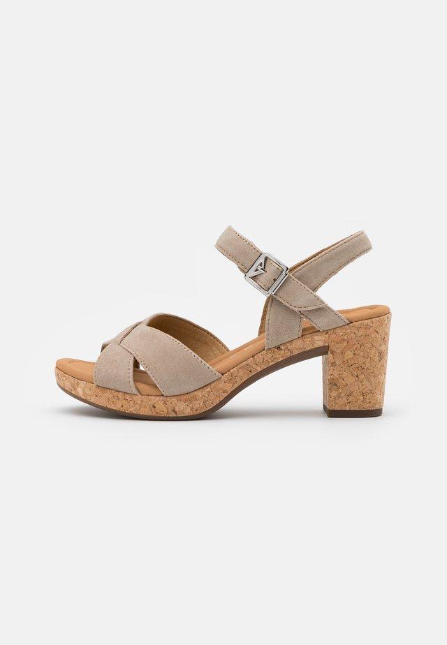Sandały na platformie - desert