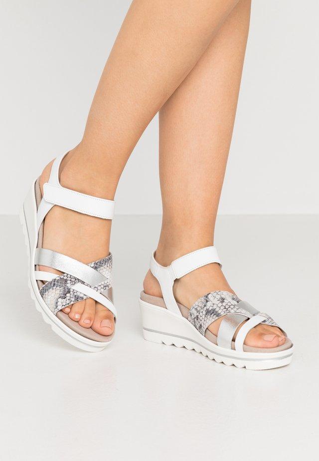 Sandales compensées - weiß/silber