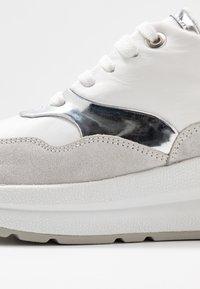 Geox - BACKSIE - Joggesko - white/silver - 2