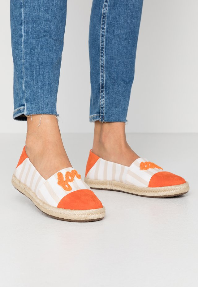 MODESTY - Espadrillot - sand/orange