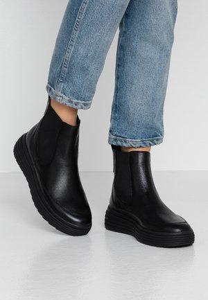 PHAOLAE - Kotníkové boty na platformě - black