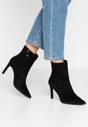 FAVIOLA - Kotníková obuv na vysokém podpatku - black