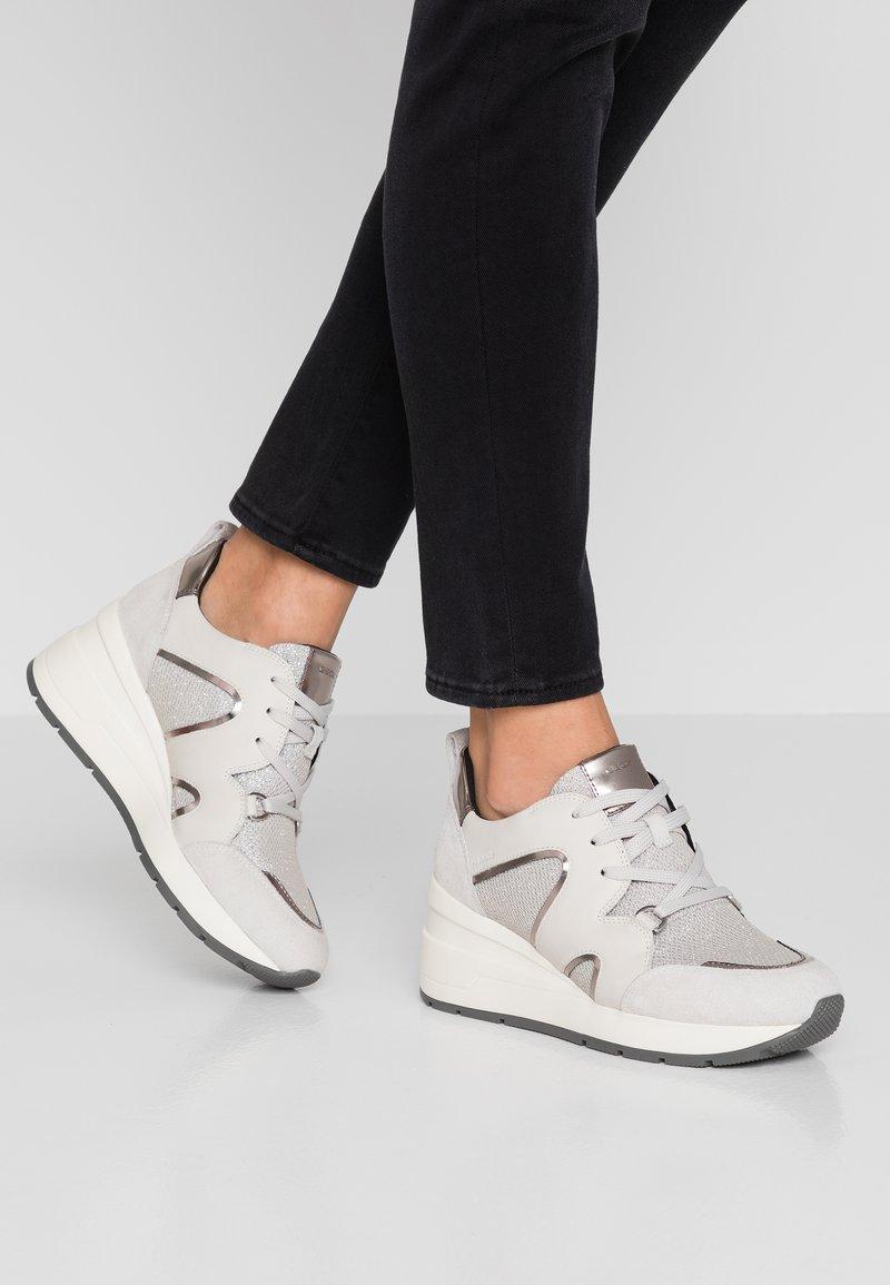 Geox - ZOSMA - Sneaker low - silver/offwhite