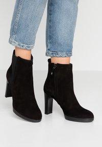 Geox - ANNYA - Kotníková obuv na vysokém podpatku - black - 0