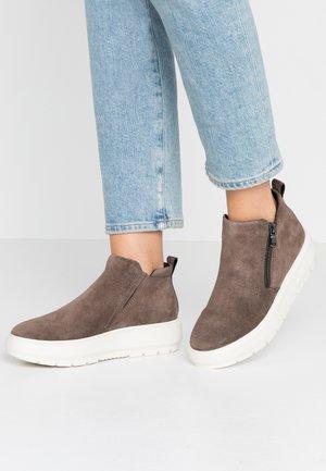 KAULA - Kotníková obuv - chestnut