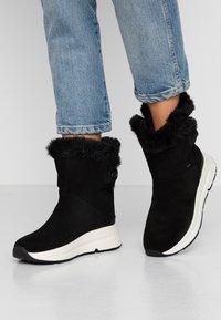 Geox - BACKSIE ABX - Kotníkové boty na klínu - black - 0