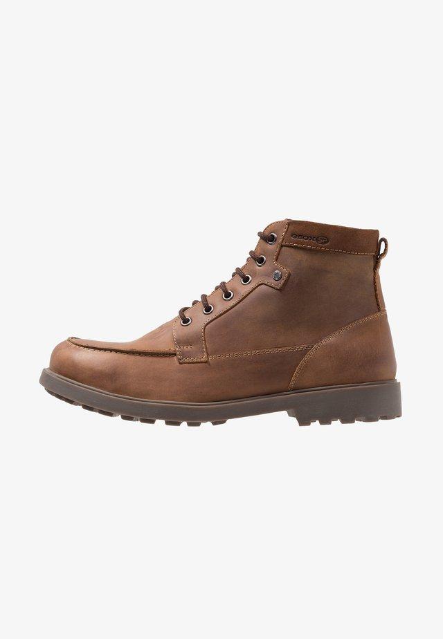 RHADALF - Botines con cordones - brown