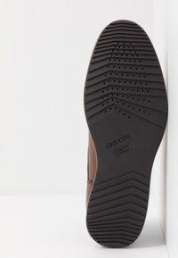Geox - BLAINEY - Zapatos de vestir - cognac - 4