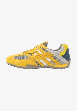 UOMO SNAKE - Trainers - dark yellow/light grey