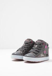 Geox - KILWI GIRLI - Sneakersy wysokie - dark grey - 2