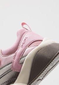 Geox - SINEAD GIRL - Sneaker low - pink/dark silver - 2